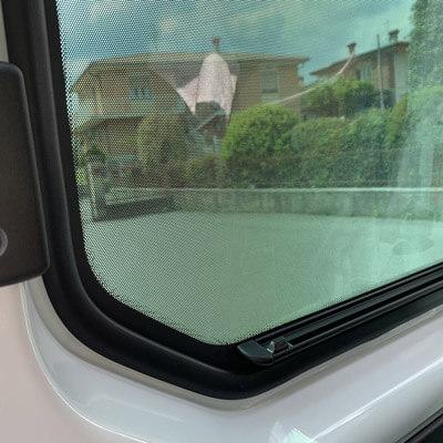 Dettaglio finestrino con one-way visto dall'abitacolo