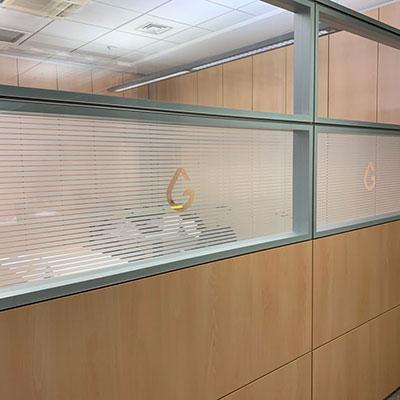 Decorazione vetri ufficio con pellicola adesiva effetto sabbiato intagliata