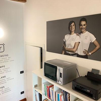 Allestimento ufficio - scritte intagliate a parete, stampa su tela