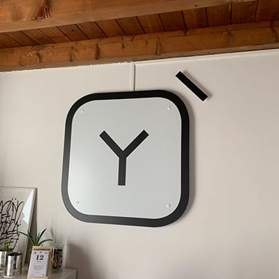 Allestimento ufficio - logo sagomato con distanziali